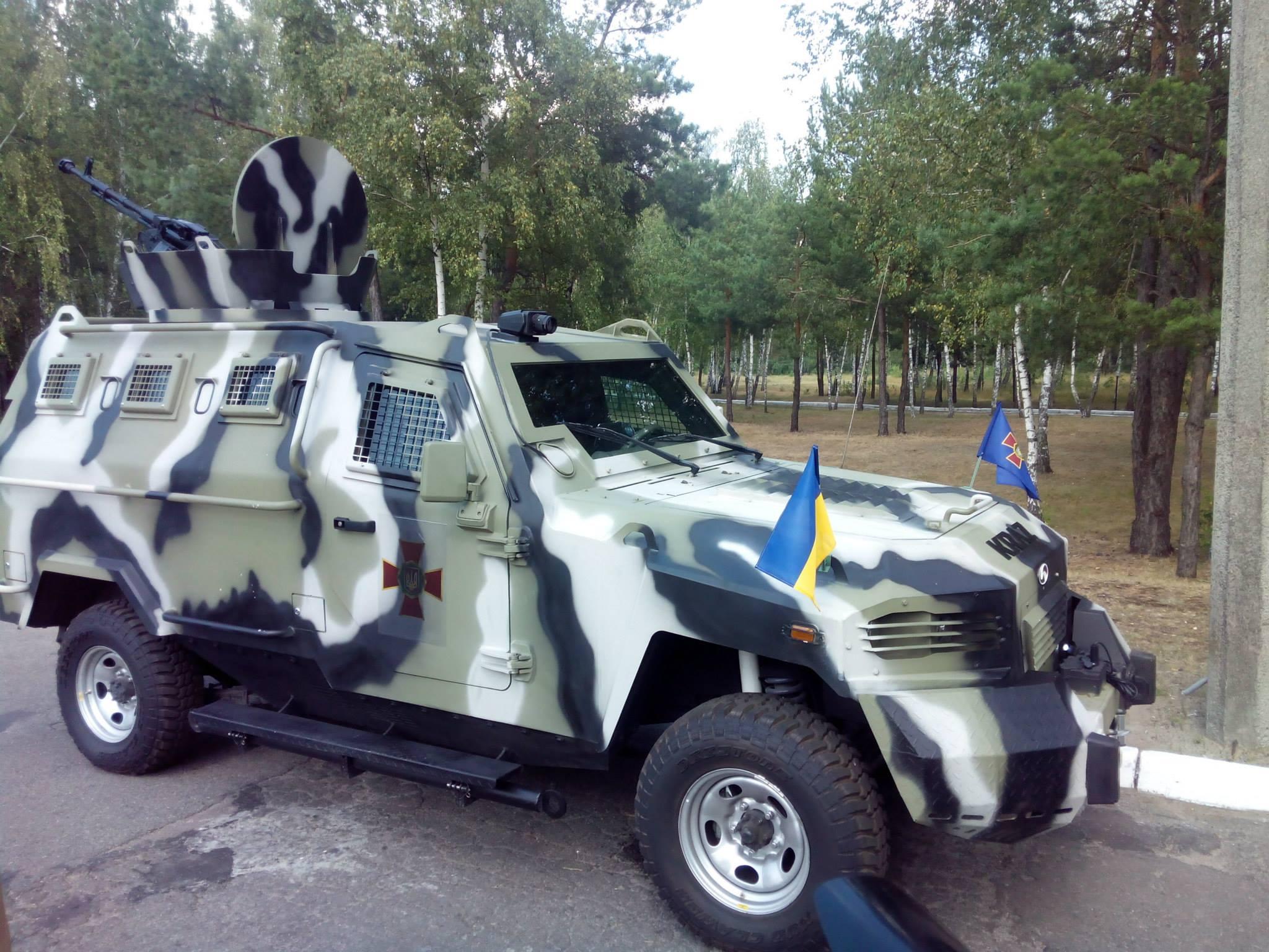 Этот бронеавтомобиль оснащен тепловизором и крупнокалиберным пулеметом.