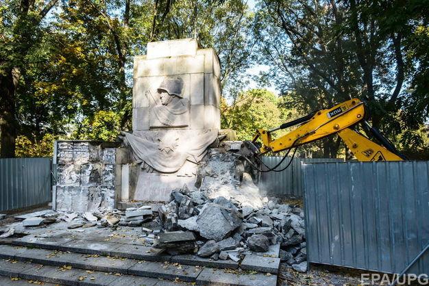 Монумент признательности Красной армии начали сносить вВаршаве
