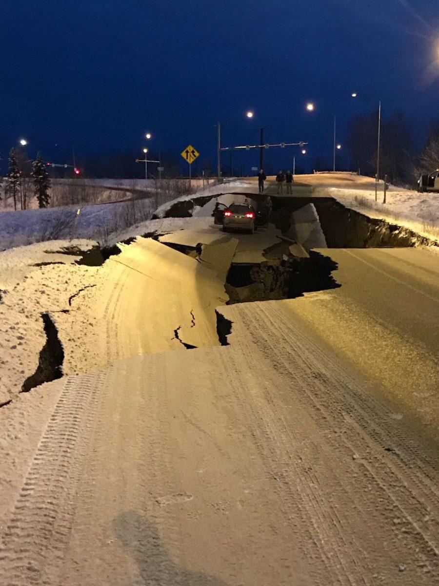 «Трассы раскололись как лед»: В Аляске землетрясение, жители эвакуируются. ВИДЕО 1