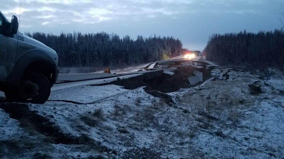 «Трассы раскололись как лед»: В Аляске землетрясение, жители эвакуируются. ВИДЕО 3