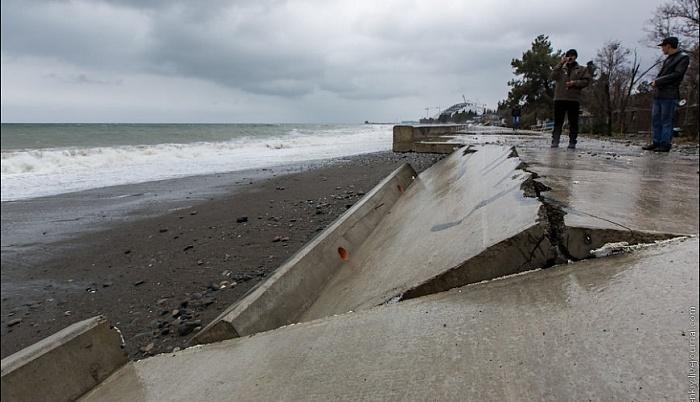 Разрушенная штормом набережная вОлимпийском парке Сочи угодила навидео