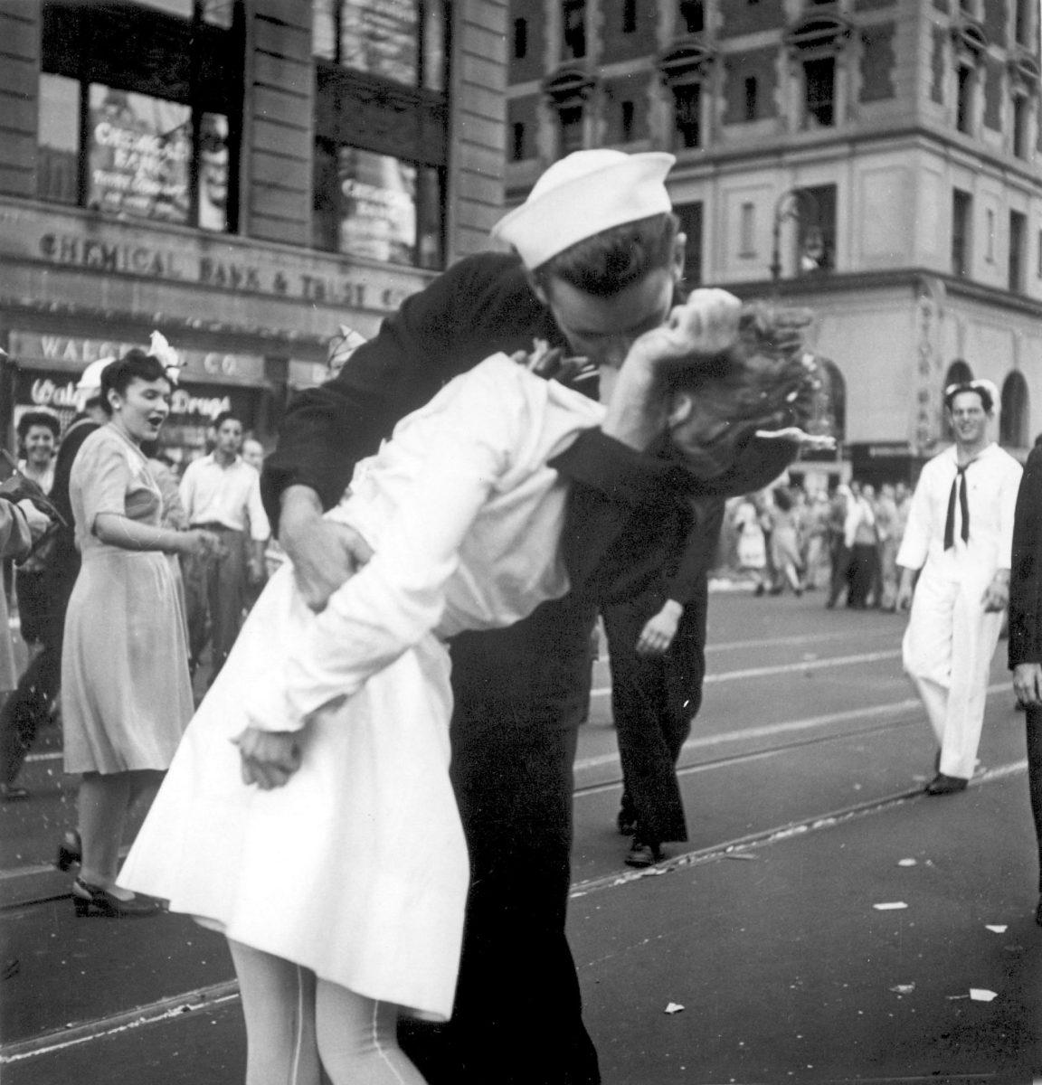 ВСША скончался моряк со популярного снимка военных лет «Поцелуй»