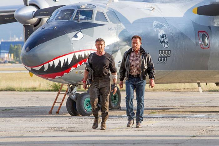 Вукраинскую столицу прилетел самолет-акула изголливудского фильма «Неудержимые»