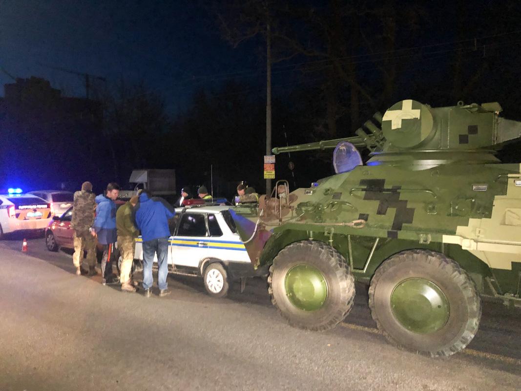 Отказали тормоза: в Киеве БТР после ремонта влетел в автомобиль военной инспекции. ВИДЕО 1