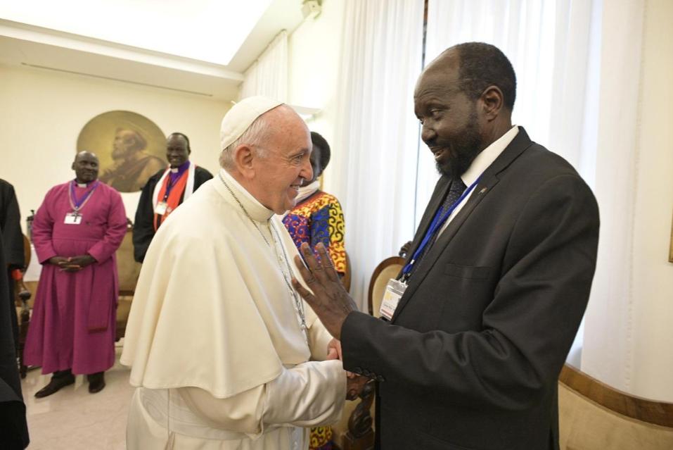 Ради мира: Папа Римский поцеловал ноги руководителям  Южного Судана
