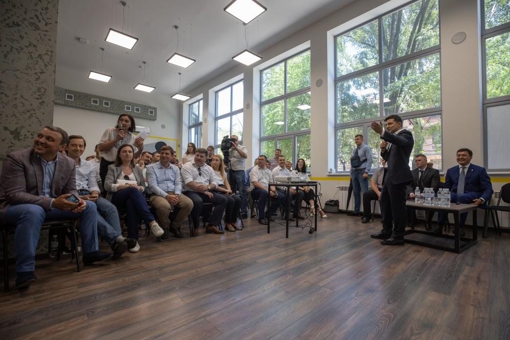 Пятилетие освобождения Мариуполя: Зеленский встретился с бизнесом и посетил комбинат Ахметова. Фото и Видео 6