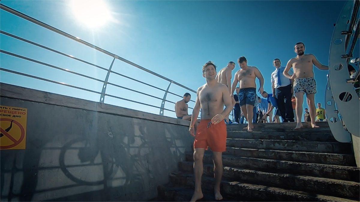 Зеленский искупался вЧерном море с здешними жителями