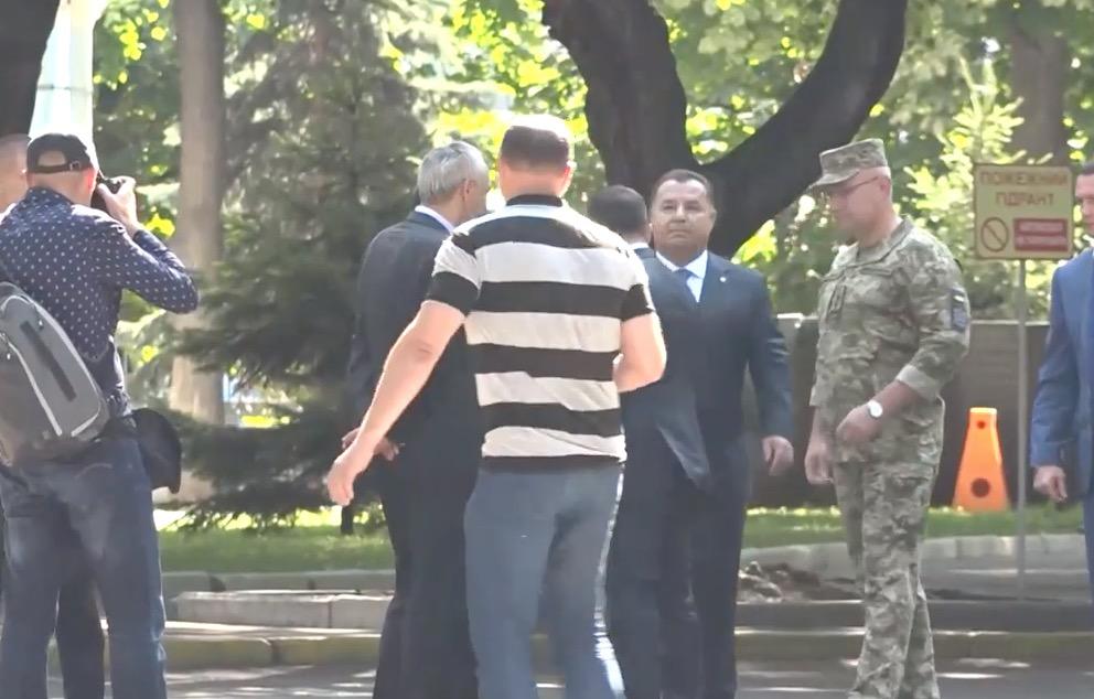 Зеленский оттолкнул министра обороны Степана Полторак