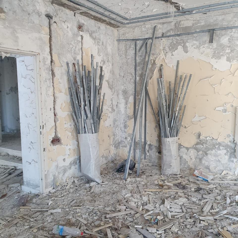 Зрізали дахи, забрали вікна: Бойцов 56-ї бригади спіймали на мародерстві в зоні ООС