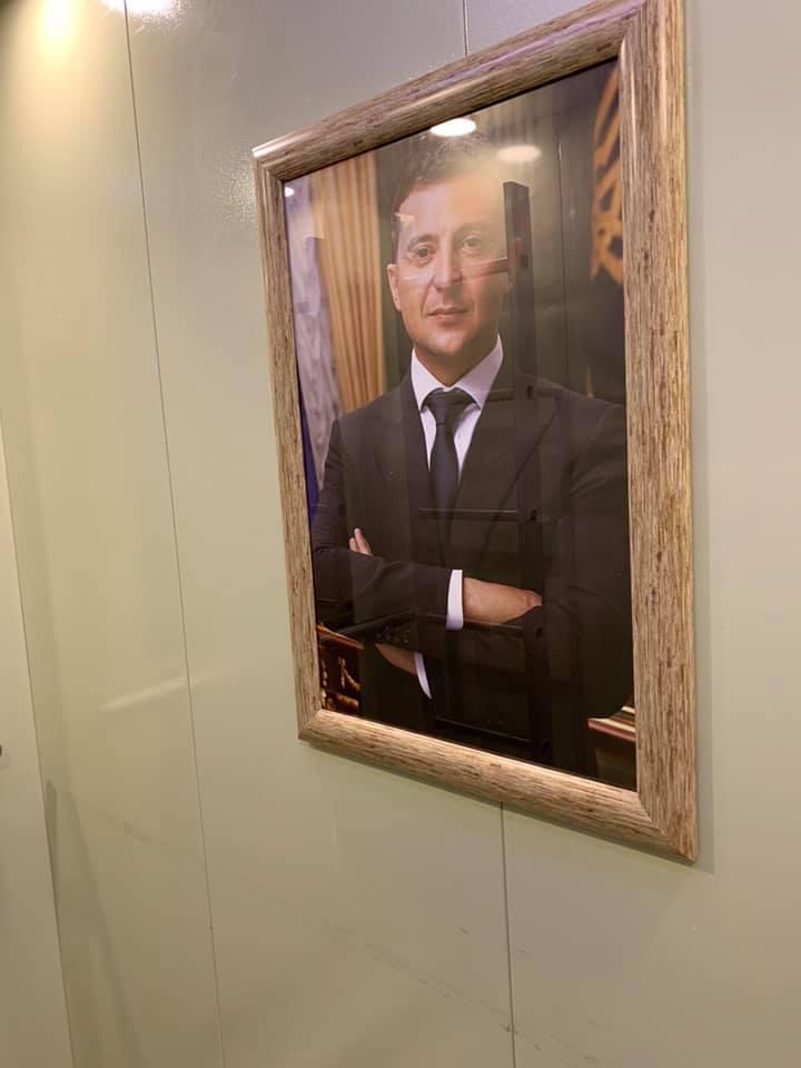 В лифте телеканала «НАШ» повесили портрет Зеленского