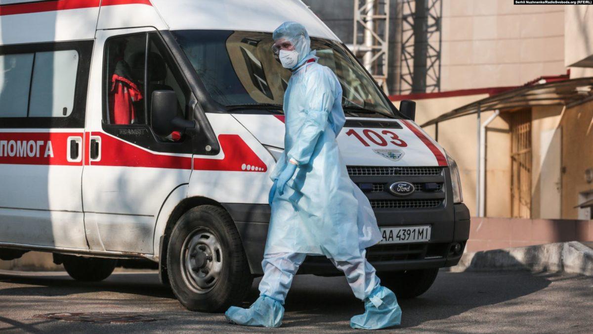 Врач в инфекционной больнице в Коммунарке