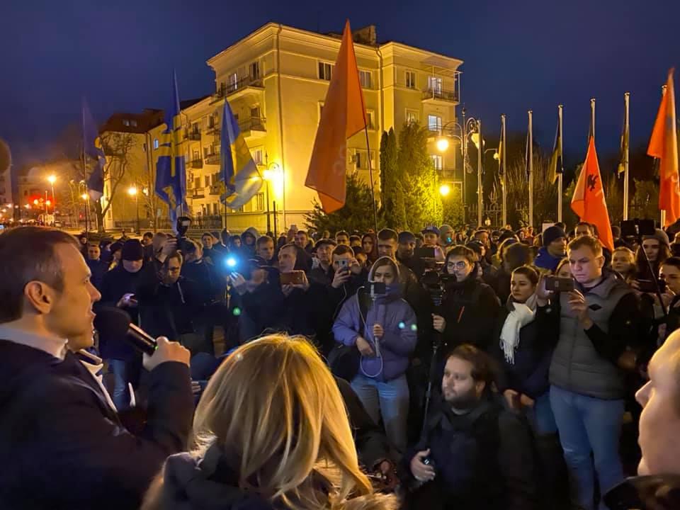 Під Офісом президента протестуючі вимагають відмови від нових угод з РФ