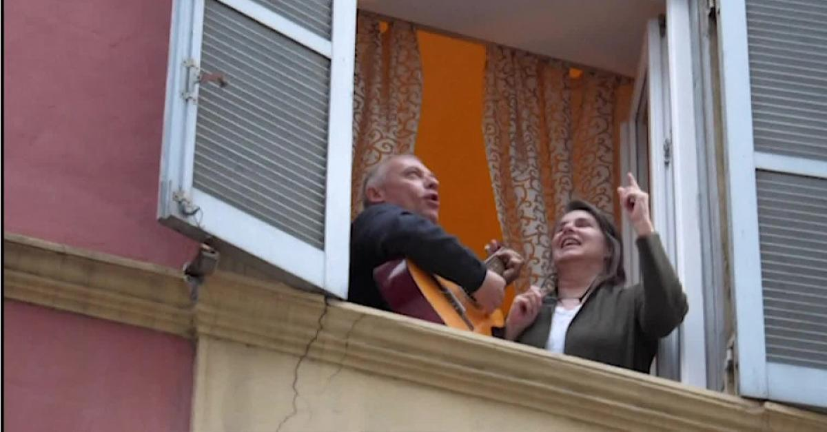 Отправленные накарантин итальянские жители  поют песни сбалконов