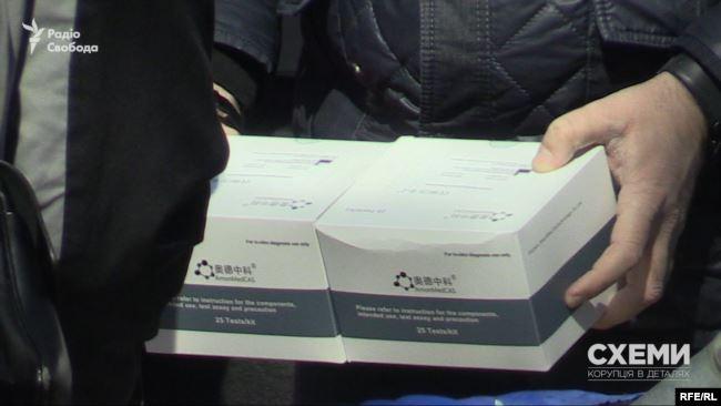 Журналісти зафіксували, як один Ємця вантажив в свою машину дефіцитні тести на коронавірус