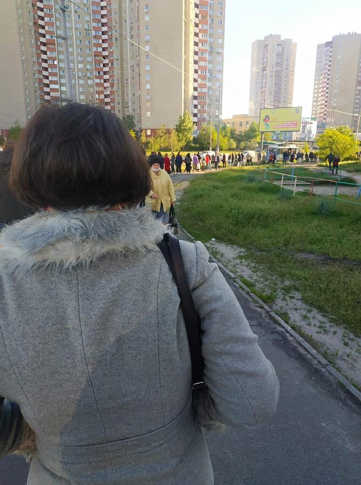 На Троещине в Киеве образовались огромные очереди на транспорт