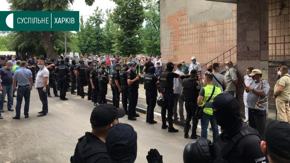 У харьковского диспансера чернобыльцы протестовали против приема больных COVID-19, вмешалась полиция