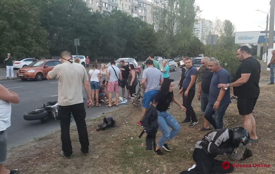 В Одессе мотоциклист сбил женщину с детьми. Его избили прохожие