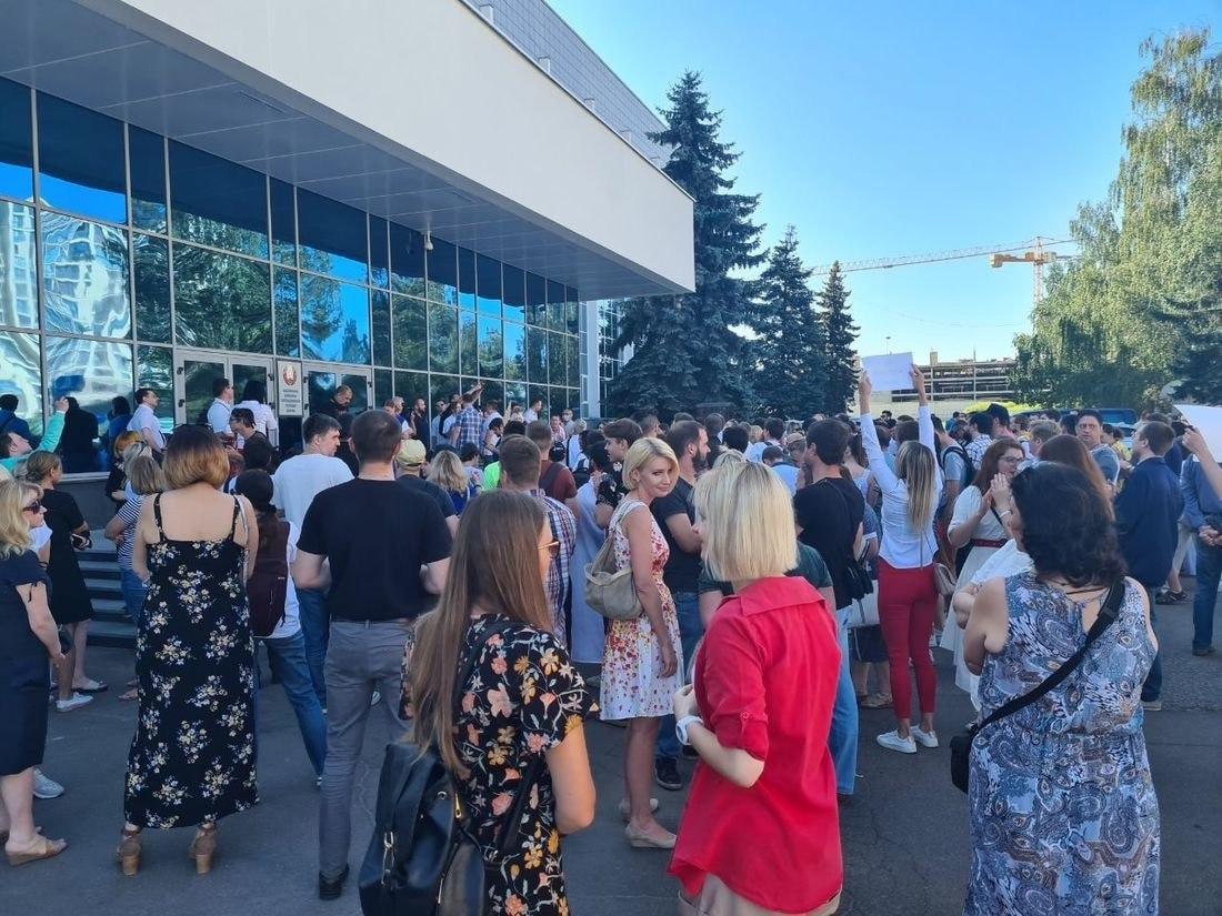 Сотрудники госканалов Беларуси устроили забастовку, в эфирах показывают пустые диваны и старые шоу