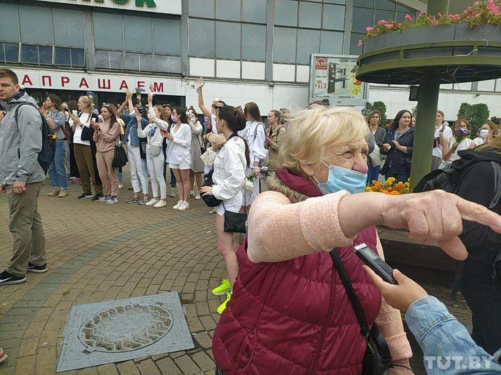 В Минске сотни женщин с цветами образовали живую цепь • Портал АНТИКОР