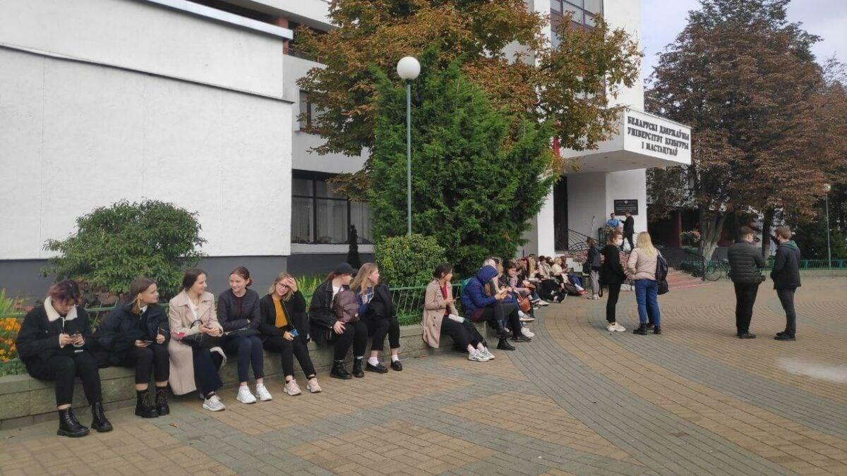 Вызовем ОМОН: В Беларуси руководство ВУЗов борется со студентами, устраивающими сидячие забастовки