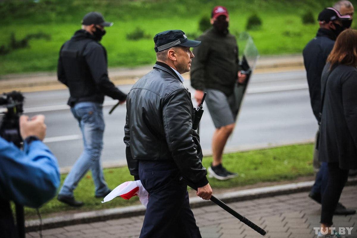 В центре Минска людей задерживали «титушки» с дубинками. Жестоко избивали и крушили кафе