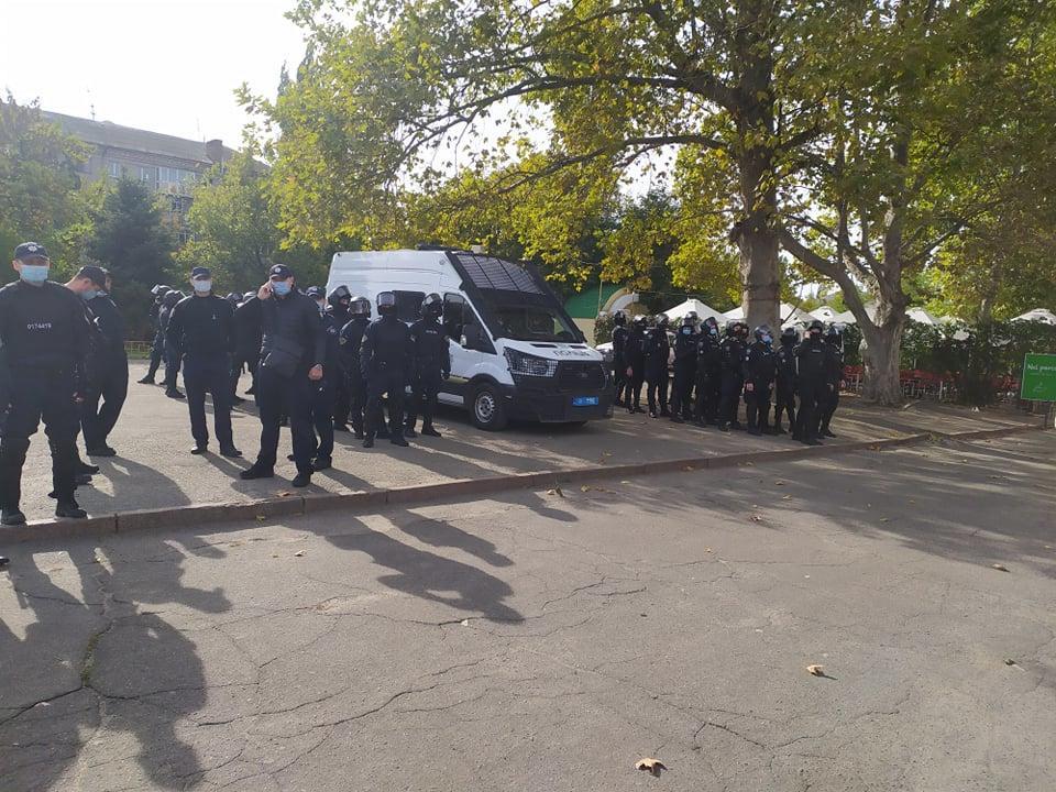 В Николаеве Нацкорпус сорвал встречу Медведчука с избирателями