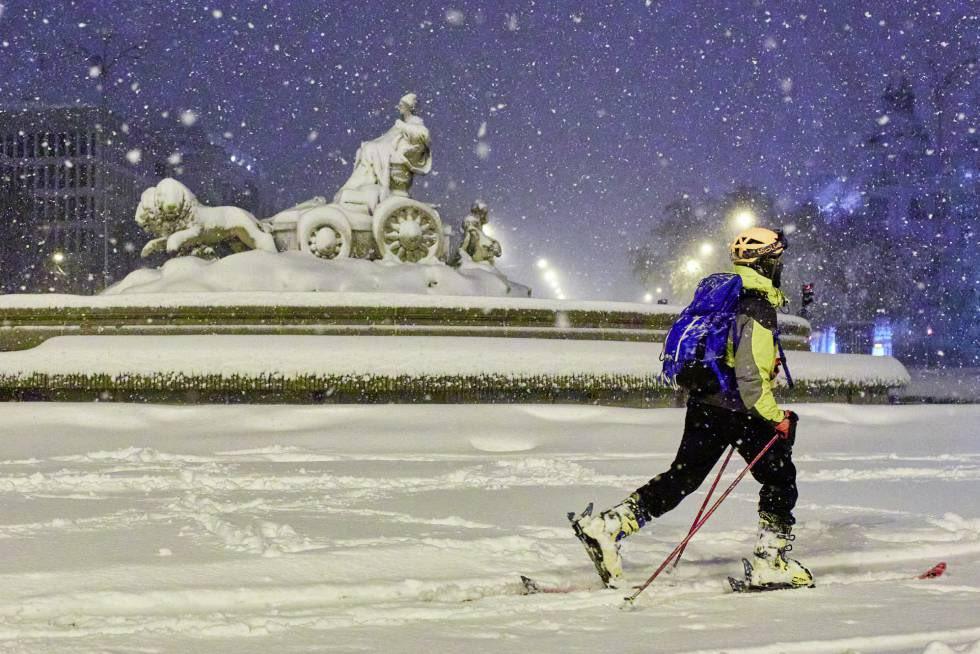В Мадриде выпал сильнейший снегопад за 40 лет. Люди катаются по городу на лыжах и сноубордах (ФОТО и ВИДЕО) 1