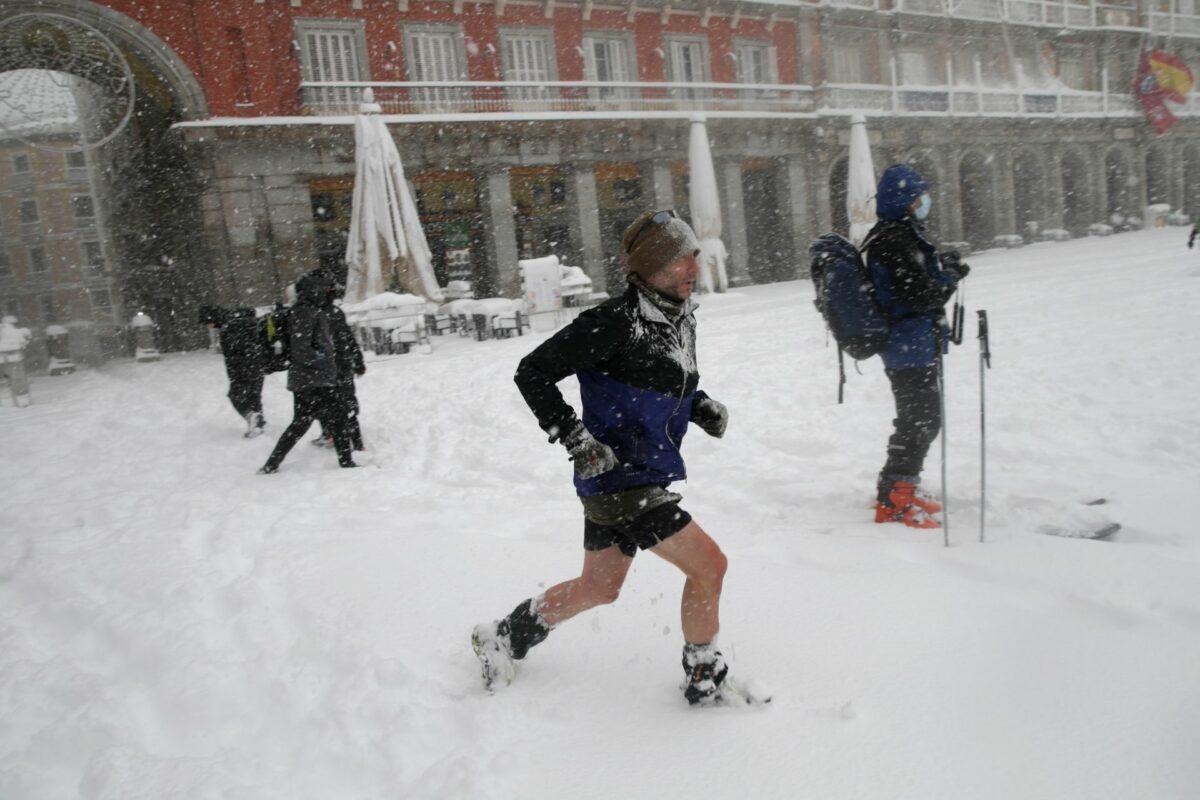 В Мадриде выпал сильнейший снегопад за 40 лет. Люди катаются по городу на лыжах и сноубордах (ФОТО и ВИДЕО) 5