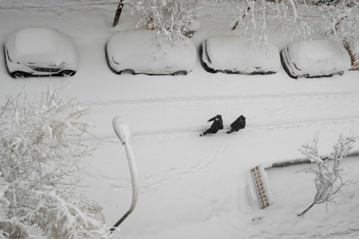 В Мадриде выпал сильнейший снегопад за 40 лет. Люди катаются по городу на лыжах и сноубордах (ФОТО и ВИДЕО) 3