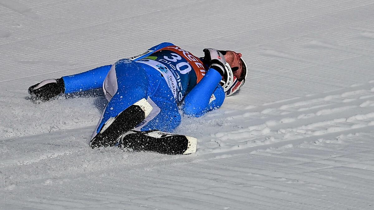 Норвежский прыгун с трамплина упал на скорости 100 км/ч, его ввели в кому: видео прыжка 1