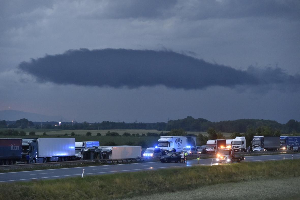 По Чехии пронесся мощный торнадо: села сравняло с землей, есть погибшие и раненые. Видео не для слабонервных 2