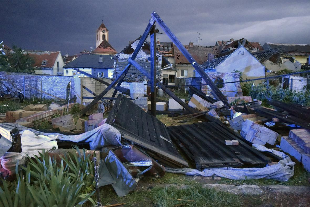 По Чехии пронесся мощный торнадо: села сравняло с землей, есть погибшие и раненые. Видео не для слабонервных 4