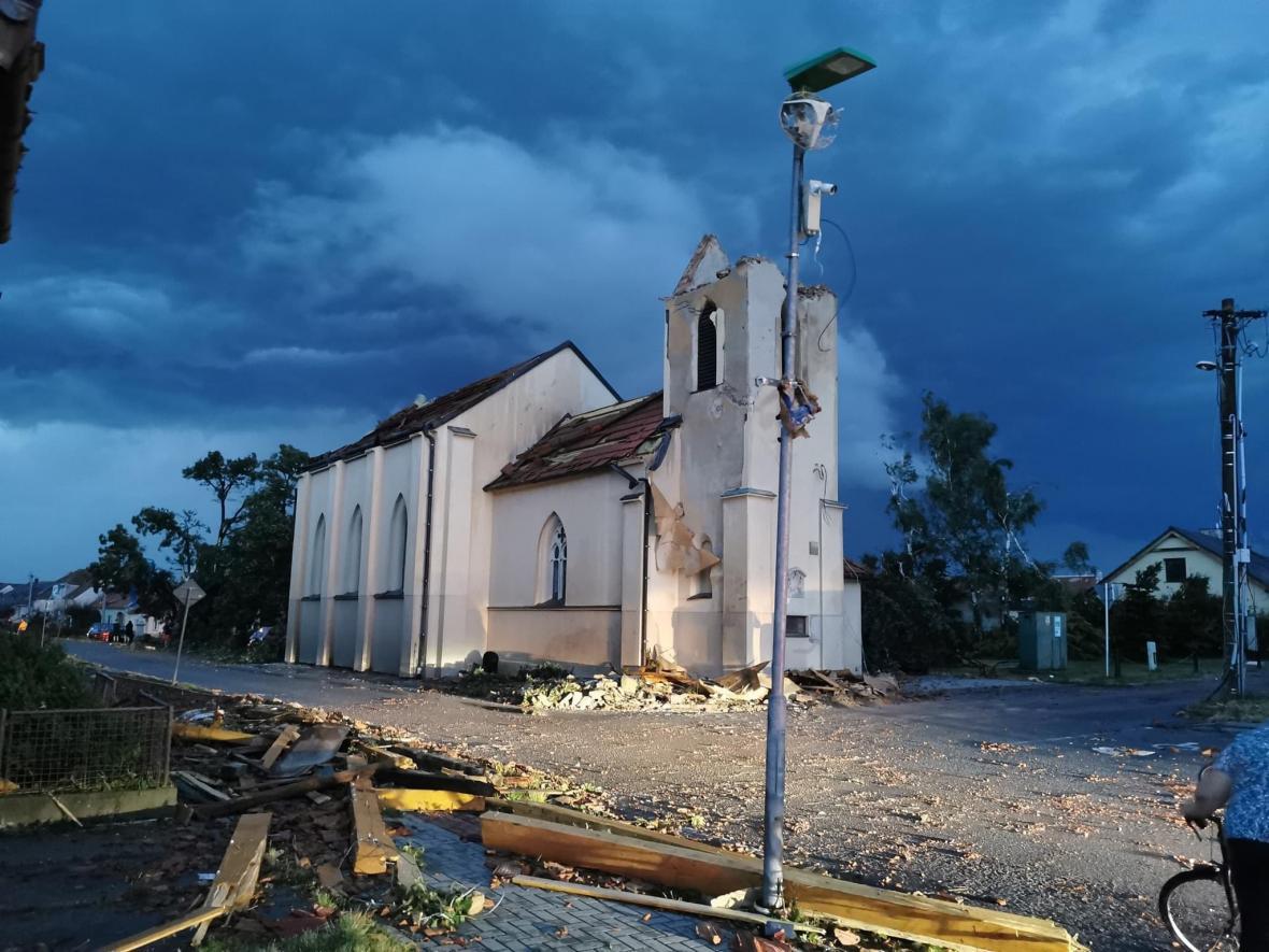По Чехии пронесся мощный торнадо: села сравняло с землей, есть погибшие и раненые. Видео не для слабонервных 1