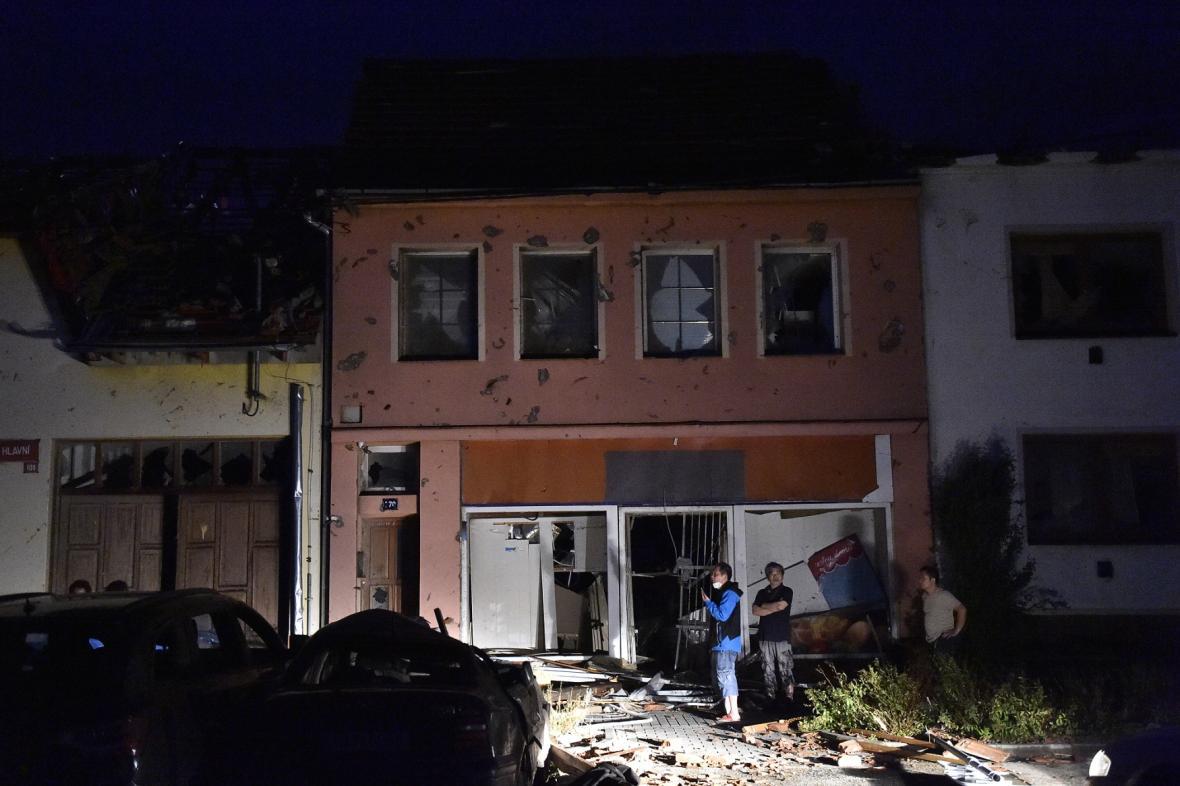 По Чехии пронесся мощный торнадо: села сравняло с землей, есть погибшие и раненые. Видео не для слабонервных 3