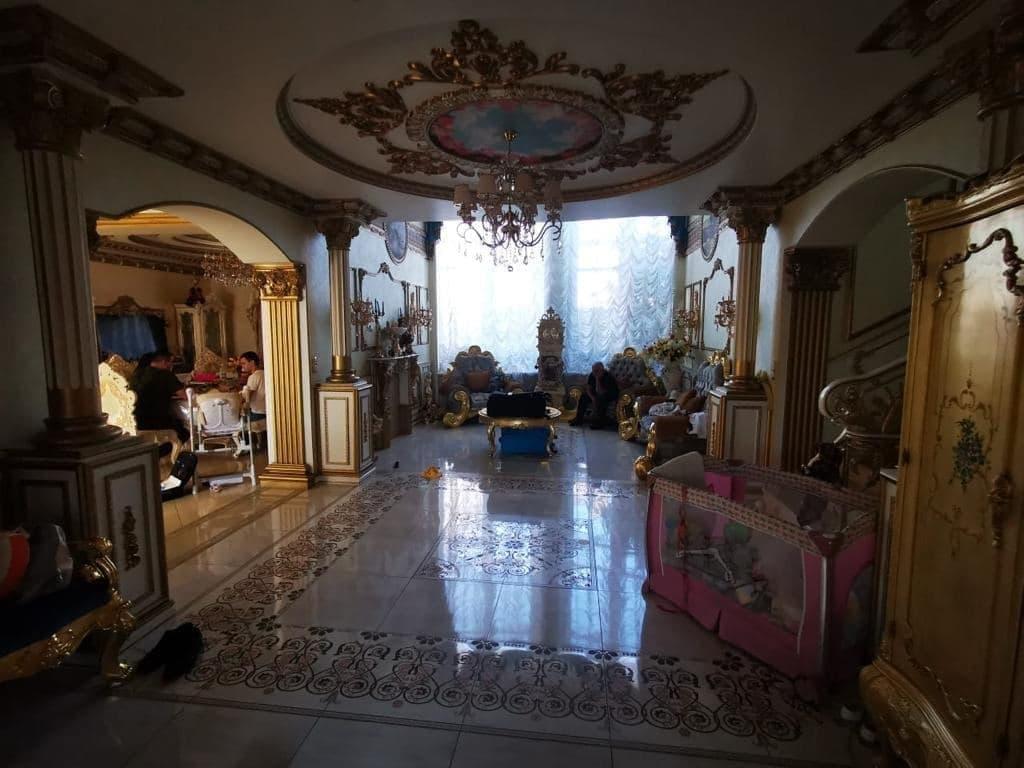 В России задержали за коррупцию начальника ГИБДД. В его доме нашли золотой унитаз, где весь дом в золоте 4