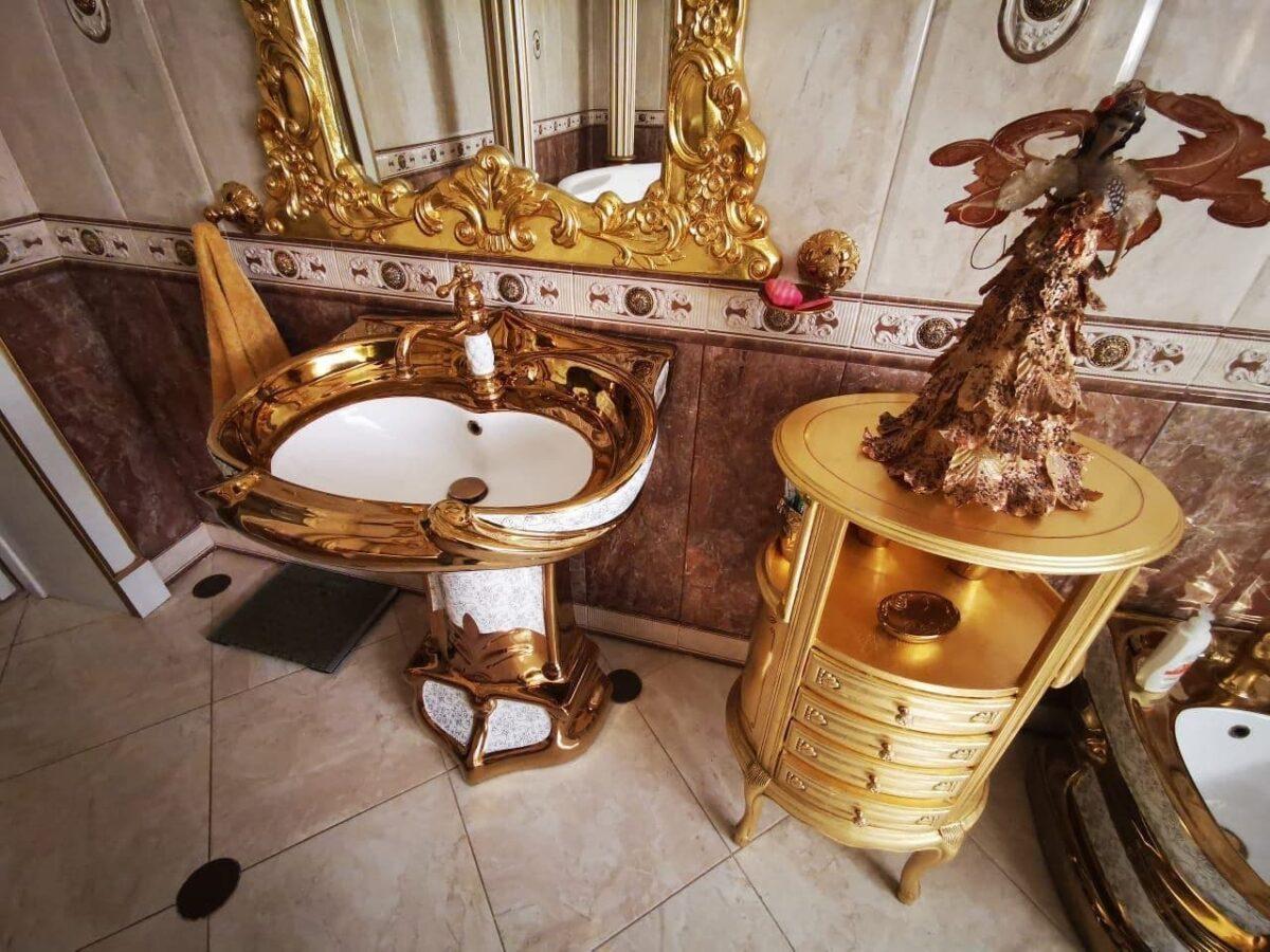 В России задержали за коррупцию начальника ГИБДД. В его доме нашли золотой унитаз, где весь дом в золоте 8