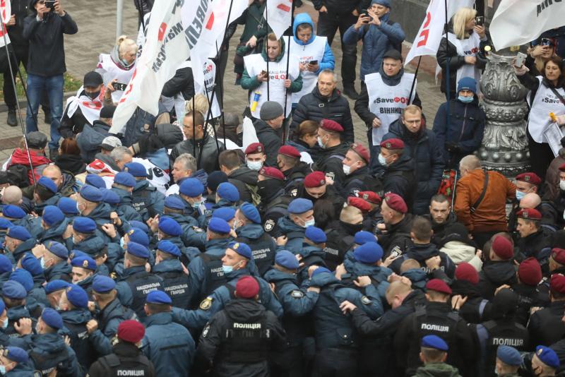 Рада приняла закон о деолигархизации: Возле Рады произошло столкновение митингующих и силовиков 4