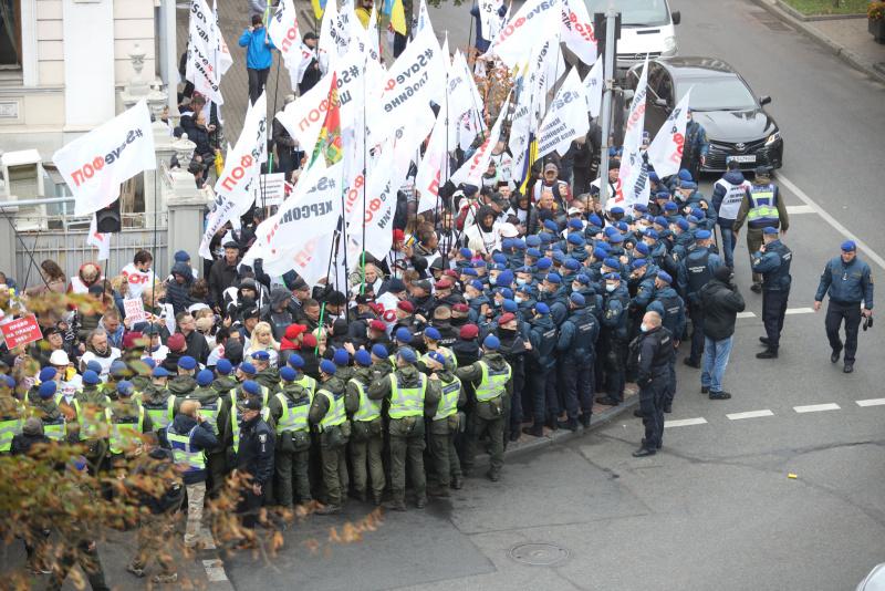 Рада приняла закон о деолигархизации: Возле Рады произошло столкновение митингующих и силовиков 3
