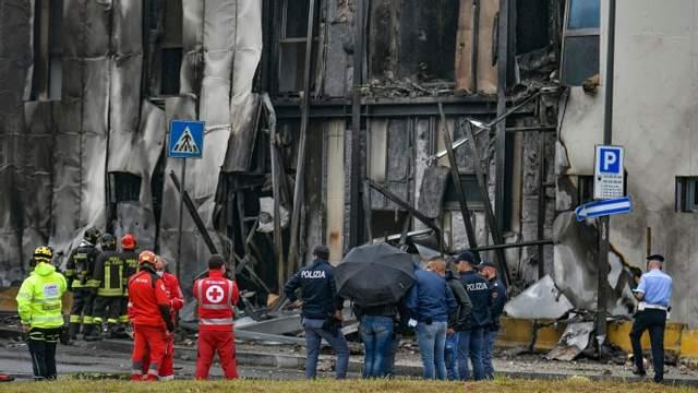 В Италии самолет врезался в здание, много погибших 2