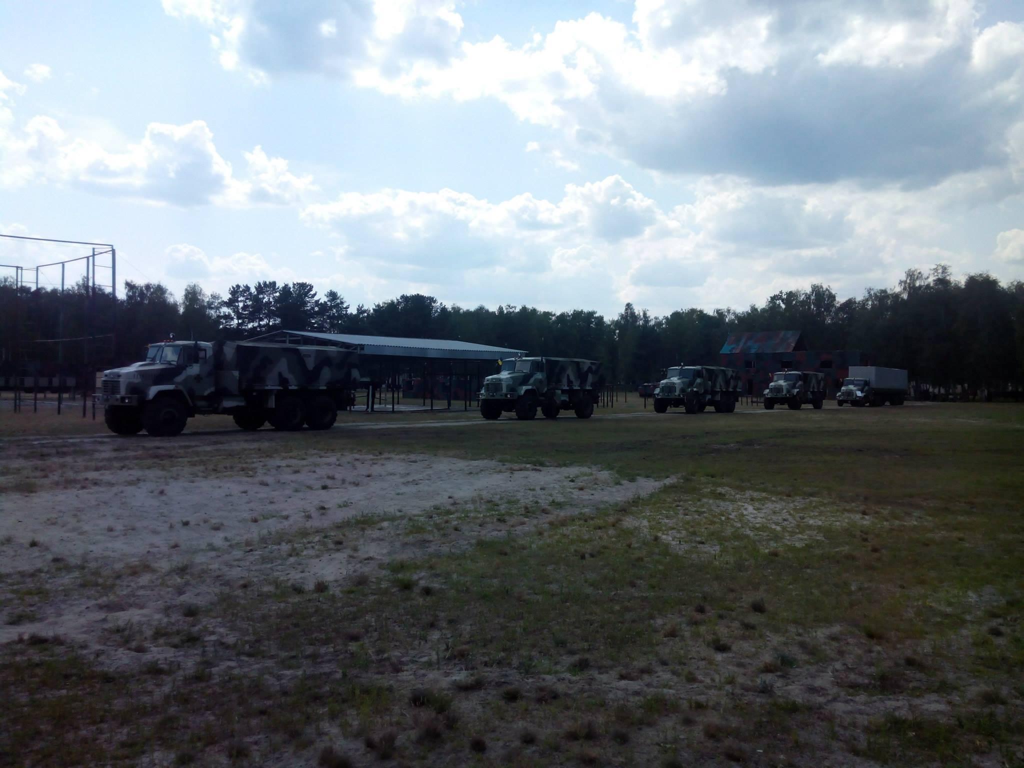 Военные грузовики КрАЗ с бронированным салоном экипажа.