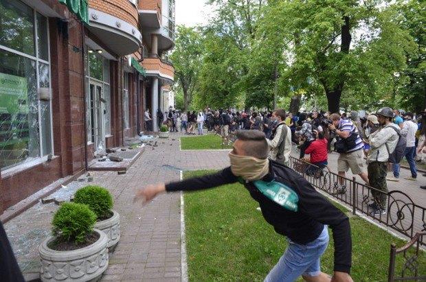 У центрі Києва розгромили відділення Сбербанка Росії 2