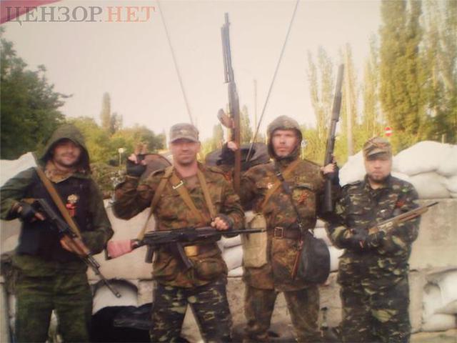 Сергей Суслов (второй слева) с сепаратистами