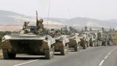 колонна войска Russian soldiers run to board their APCs outside Gori