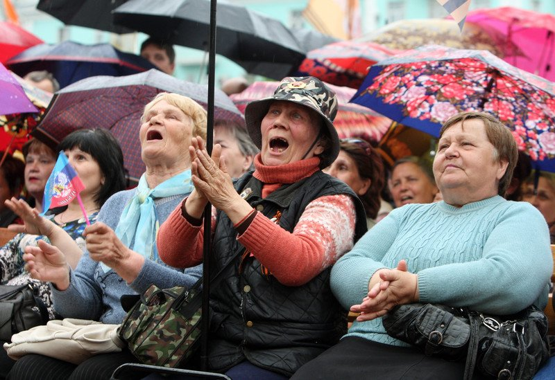 днр митинг People gather for the announcement of referendum results in Lugansk
