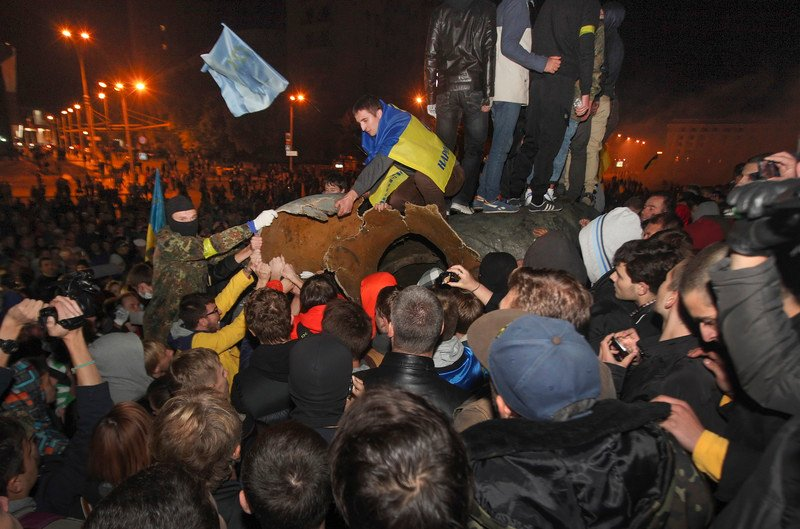 Crisis in Ukraine, Lenin statue toppled in Kharkiv