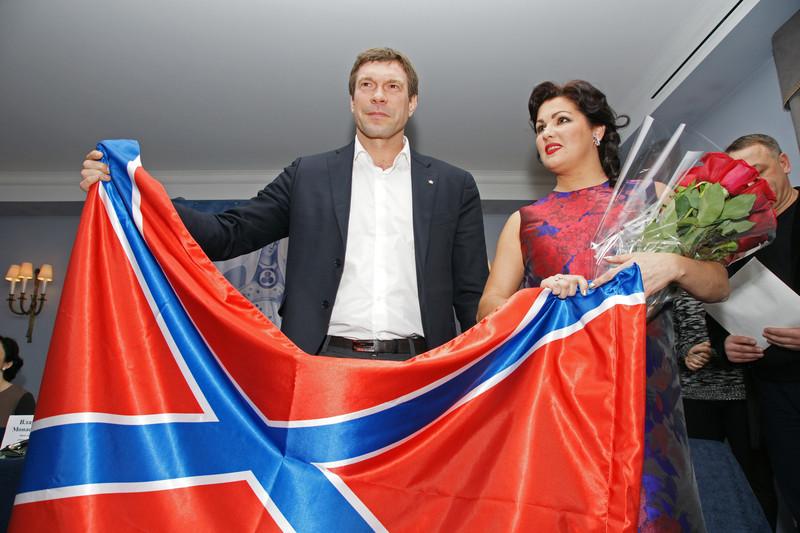 Opera star Netrebko poses with Ukrainian rebel leader, flag